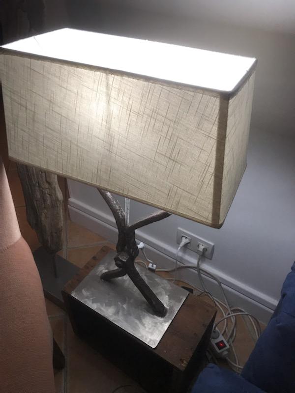 Recyclage d'une vieille pièce métallique en pied de lampe de chevet.