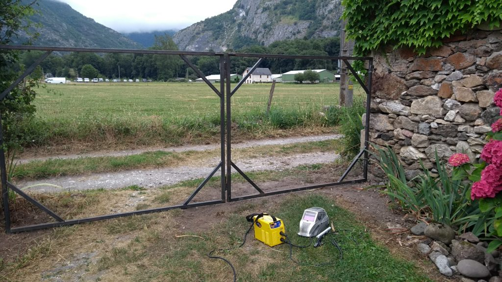 Structure pour portail de jardin. la structure est destinée à supporter un remplissage plus léger. Un panneau est moins large que l'autre pour s'adapter au terrain.